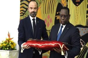 La France remet au Sénégal un sabre chargé d'histoire