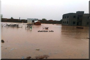 Atar: les eaux de pluie assiègent des bâtiments publics (Photos)