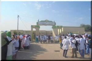 Sit-in des étudiants de Médecine en grève devant leur ministère de tutelle
