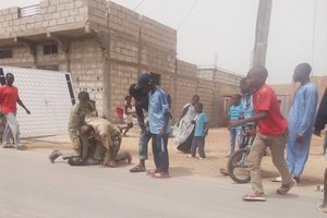 Nouakchott. Photo des deux policiers immobilisant un détenu : arrestation de l'auteur