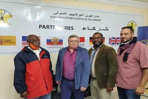 L'Ambassadeur de Russie au Bureau du marathon de Nouadhibou avec un cadeau de fin d'année (une formation en Russie)