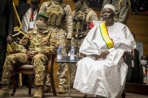 Mali : investiture du président de transition le colonel Bah Ndaw, la Cédéao maintient ses sanctions