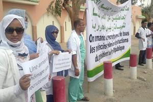 Des nouveaux médecins devant la présidence pour demander leur recrutement
