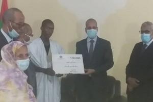 Le ministre de l'éducation nationale remet à Bariki Ould Khairallah 1 million d'ouguiyas (MRO)