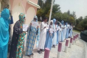 Les professeurs de l'Institut supérieur brûlent leurs diplomes de doctorat devant le Parlement