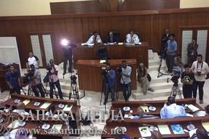 Sit-in des sénateurs devant l'hémicycle de la chambre