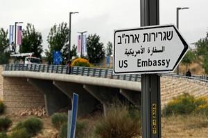 A Jérusalem, les 1ers panneaux indiquant l'ambassade américaine sont montés
