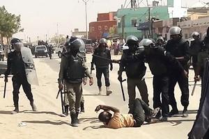 Lettre au policier mauritanien…qui se matraque lui-même. par Pr ELY Mustapha